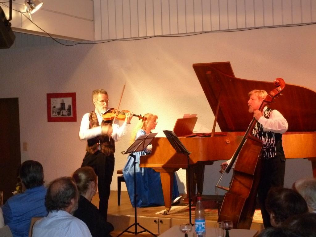 Mitglieder des EGV musizieren